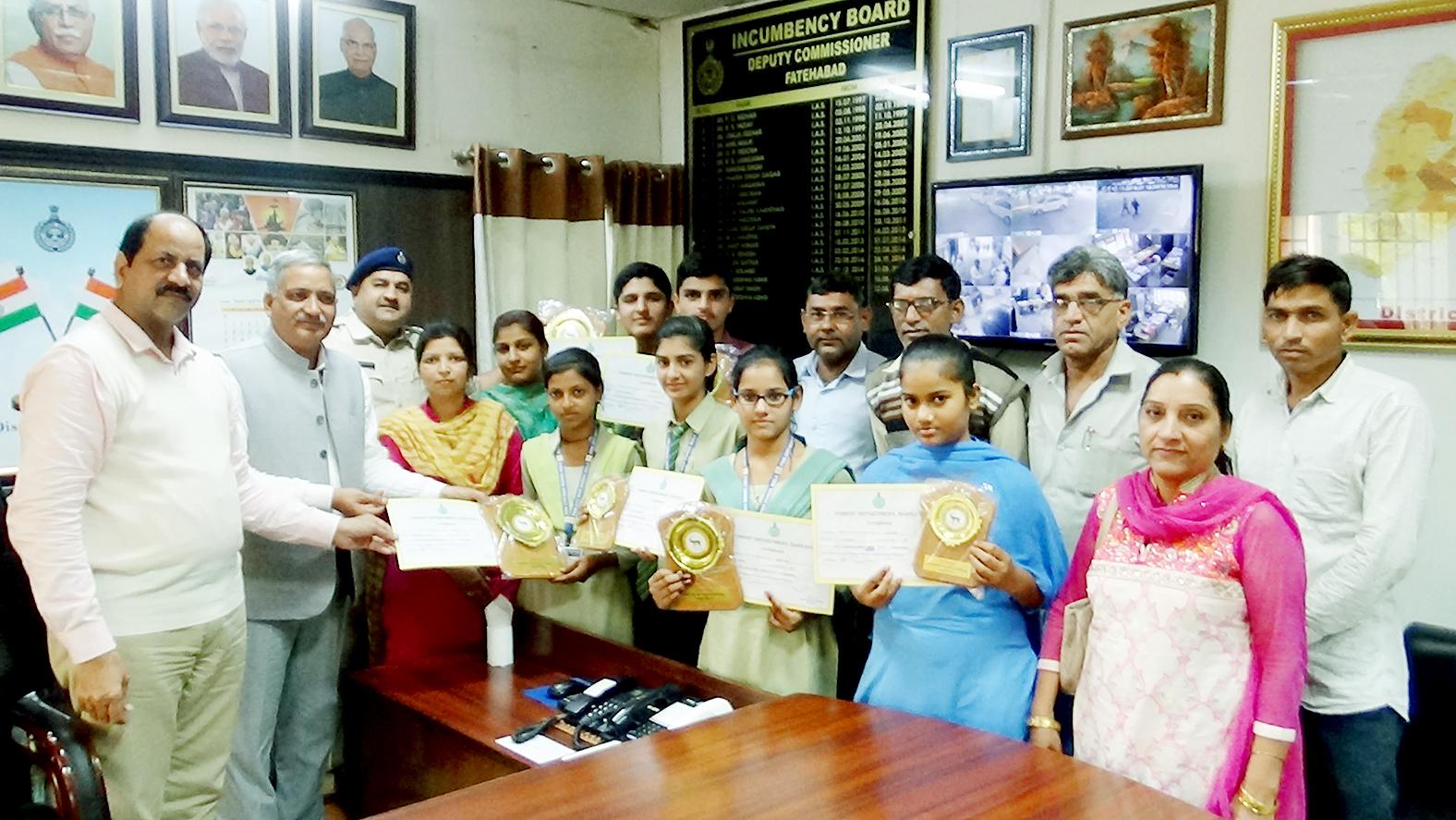 विद्यार्थियों students getting award